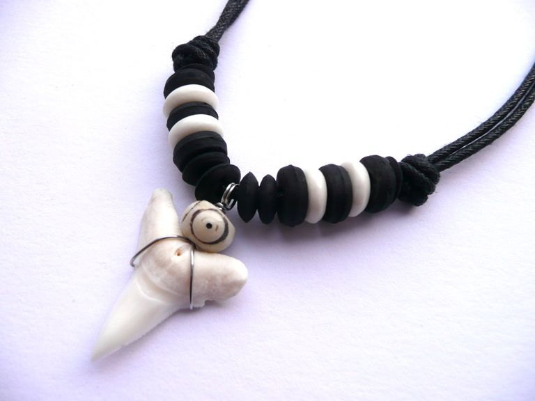 Náhrdelník žraločí zub, černé a bílé korálky