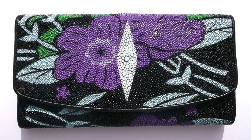 Peněženka z rejnočí kůže černá velká s fialovými květy 016