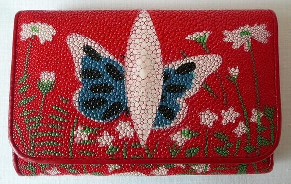 Peněženka z rejnočí kůže červená s motýlem 001