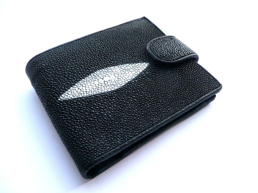 Peněženka z rejnočí kůže černá se zapínáním a pruhem