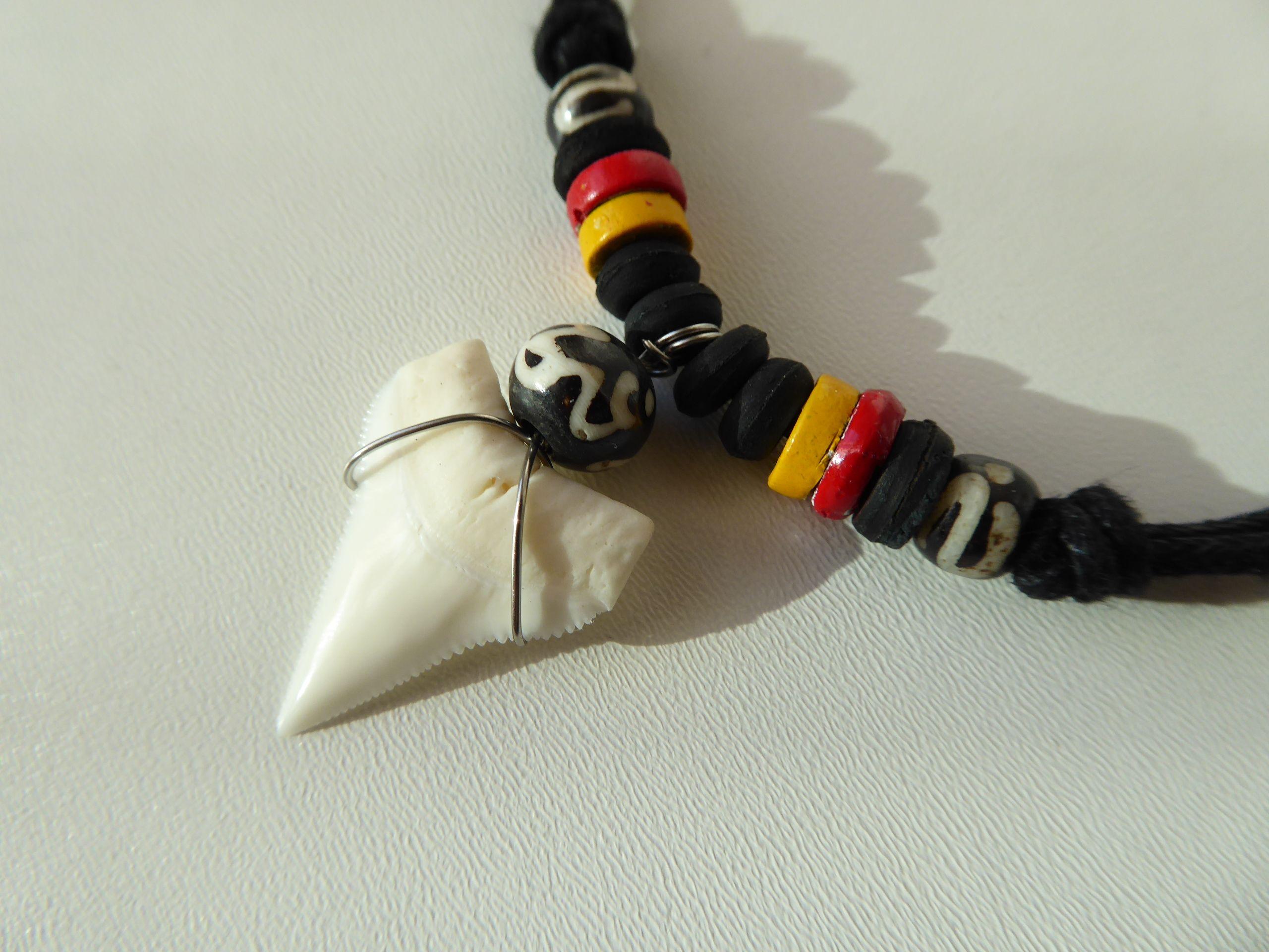 Náhrdelník žraločí zub, dřevěné korálky Jamajka
