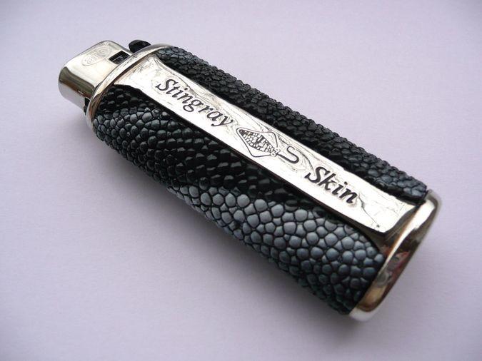 Zapalovač z rejnočí kůže černý žíhaný