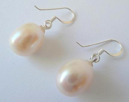Náušnice s mořskými perlami bílé