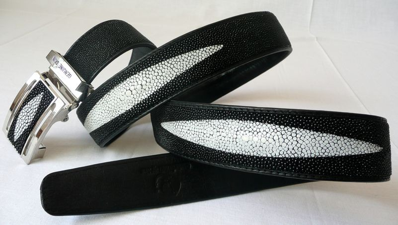 Opasek z rejnočí kůže černý s třemi znaky 126 cm